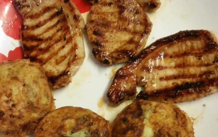 Пържоли на грил и Картофени кюфтета със грахово пюре