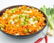 Салата от пикантни моркови,сусам и лук